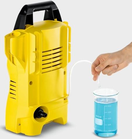 Aplicación del detergente en la hidrolavadora Karcher K2 Basic