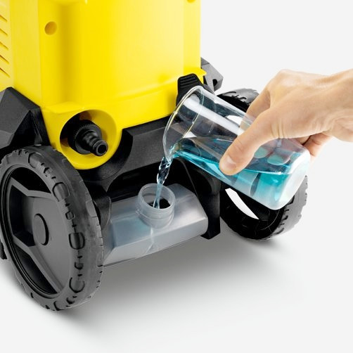 La hidrolavadora Karcher K3 cuenta con un tanque en su parte posterior para colocar el detergente.